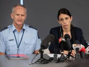 Ardern (kanan) pada sidang akhbar di Whakatane hari ini. - Foto: AFP