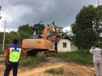 Salah sebuah rumah yang dirobohkan di Kampung Melayu Puncak Kundang.