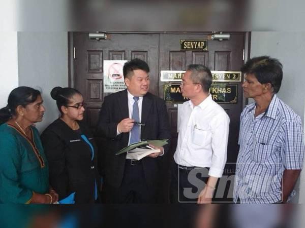Damian Yeo ketika memberi penerangan mengenai tarikh sebutan semula kes permohonan kebenaran ikat jamin individu itu kepada Setiausha DAP negeri, Khoo Poay Tiong dan wakil ahli keluarga di luar Mahkamah Sesyen hari ini.