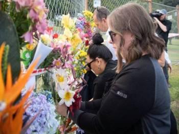 Jambangan bunga diletakkan berhampiran pangkalan White Island Tours di Bay of Plenty sebagai memperingati mangsa korban. - Foto AFP