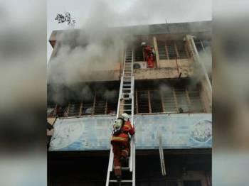 Anggota bomba sedang melakukan kerja-kerja menyelamat.