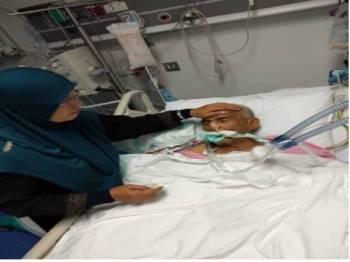 Abd Aziz yang kini dirawat di Hospital King Abdullah Jeddah ditemani isterinya. - Foto: Ihsan Mohd Faizal