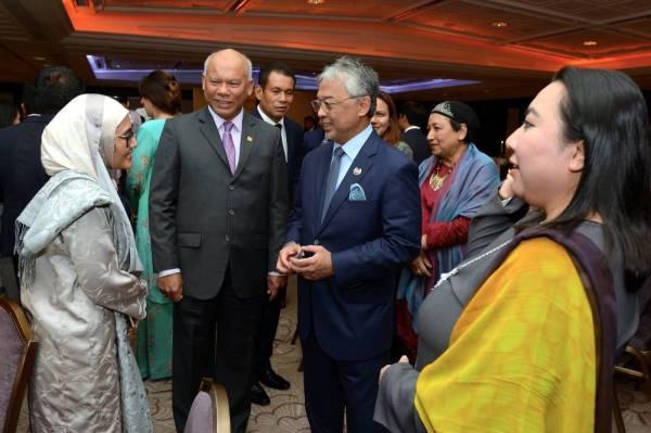 Sultan Abdullah beramah mesra dengan hadirin pada majlis santapan malam bersama rakyat Malaysia di United Kingdom (UK). - Foto Bernama