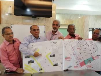 Rosli (dia dari kiri) menunjukkan tiga projek pembangunan sekitar Pasar Harian Selayang terdiri pelebaran jalan, pusat penyembelihan ayam dan bangunan Pasar Harian Selayang yang baharu.