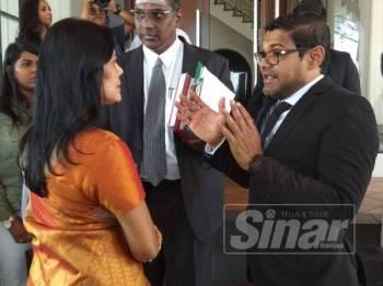 Meeriam berbincang sesuatu dengan Ramesh sambil diperhatikan Rayer selepas mahkamah menangguhkan pendengaran permohonan interim yang difailkannya hari ini.