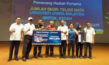 Pengarah The Centre for Logistics and Transport (CeLT), Dr Nur Khairiel Anuar (empat dari kanan) menerima replika cek daripada Ketua Pengarah, Jabatan Keselamatan Jalan Raya Malaysia, Mohd Nasri Ishak (lima dari kanan) di Dewan Muadzam Shah UUM semalam.