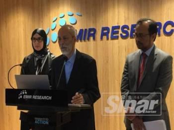 Dr Mohamad Sahari (tengah) bersama Dr Tunku Mohar dan Dr Margarita Peredaryenko pada sidang media hari ini.