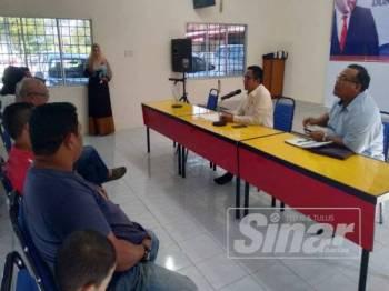 Sallehudin (dua dari kanan) mengadakan perbincangan bersama wakil penduduk berhubung isu perobohan tersebut di pejabatnya hari ini.