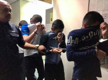 Anggota polis membawa empat pemuda selepas Mahkamah Ampang hari ini menjatuhi hukuman penjara dan sebatan atas lapan pertuduhan merogol seorang wanita tahun lalu.