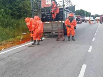 Pasukan Hazmat bergegas ke lokasi sebaik menerima maklumat kejadian tumpahan asid nitrik berhampiran sebuah stesen minyak di Jalan Meru-Klang di sini tengah hari tadi.