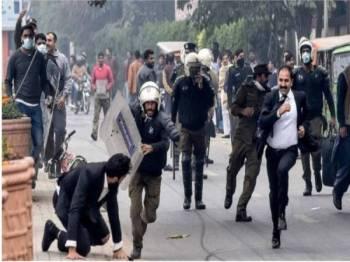 Pertempuran turut tercetus antara kumpulan peguam terbabit dengan polis.