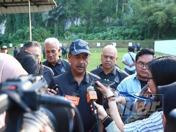 Razarudin ditemui media pada Ujian Kemahiran Menembak sempena Hari Polis ke-212 bersama Menteri Besar Perak, Datuk Seri Ahmad Faizal Azumu di Lapang Sasar IPK di Jalan Padang Tembak di sini hari ini.