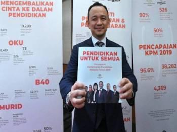 Dr Maszlee menunjukkan buku pencapaian Kementerian Pendidikan 2019 di Pusat Konvensyen Kuala Lumpur (KLCC) hari ini. - Foto: Bernama
