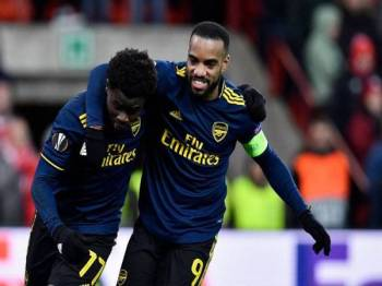 Lacazette (kanan) dan Saka memastikan Arsenal tidak pulang tangan kosong ketika berdepan Liege. - Foto AFP