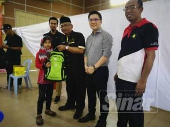 Abdul Aziz bersama Ahli Parlimen Ipoh Timor, Wong Kah Woh menyampaikan sumbangan program Kembali ke Sekolah.