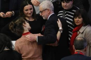 Reaksi Corbyn (tengah) selepas Parti Buruh pimpinannya tewas kepada Parti Konservatif pada Pilihan Raya Britain. - Foto: AFP