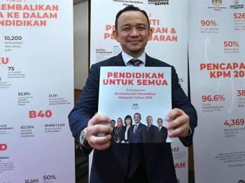 Menteri Pendidikan Dr Maszlee Malik menunjukkan buku pencapaian Kementerian Pendidikan 2019 di Pusat Konvensyen Kuala Lumpur (KLCC) hari ini. - Foto Bernama