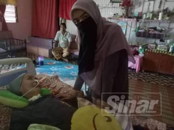 Walaupun terlantar, Nur Farah tetap berinteraksi dengan ibunya setiap masa.