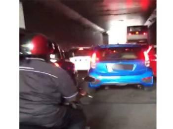 Polis telah menahan pemandu kereta Myvi biru.