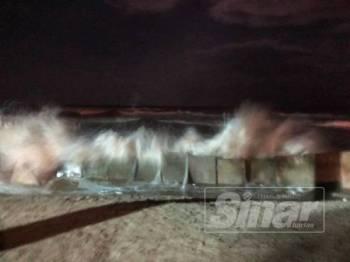 Angin kencang dan laut bergelora kategori kedua di perairan pantai timur.