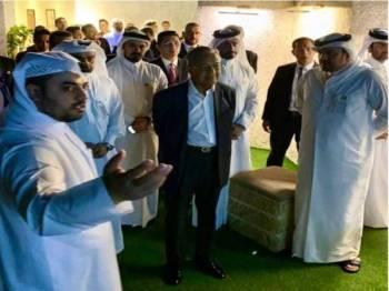 Azmin mengiringi Dr Mahathir melawat ladang tenusu diusahakan Baladna di Qatar. - Foto: FB Azmin Ali