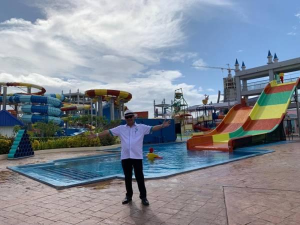 Halim berada di Taman tema air 'Splash Out' sempena pembukaan hari ini.