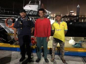 Dua lelaki (kanan dan tengah) yang berjaya diselamatkan anggota APMM Perak selepas dilaporkan tidak pulang sejak dua hari lalu.