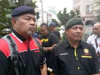 Azizan (kanan) dan Husnal hadir pada Himpunan Perwira-Perwira Negara Membantah Usaha Menghidupkan Fahaman Komunis di hadapan sebuah pusat beli-belah di Jalan Tuanku Abdul Rahman di sini tadi.