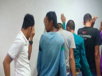 Tertuduh (kiri) mengaku tidak bersalah mencabul dan mengaibkan rakan sekerjanya di Mahkamah Majistret Kuala Terengganu hari ini.
