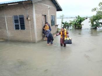 Pasukan penyelamat memindahkan mangsa banjir selepas beberapa kampung di daerah Rompin dilanda banjir semalam.