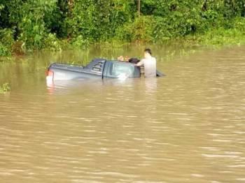 Pemandu pacuan empat roda terperangkap dalam banjir di Batu 13 Jalan Kota Tinggi - Mersing tadi.