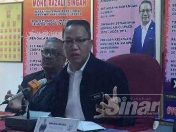 Mohd Razali (tengah) pada sidang media di Kesatuan Kakitangan Am Universiti Putra Malaysia hari ini.