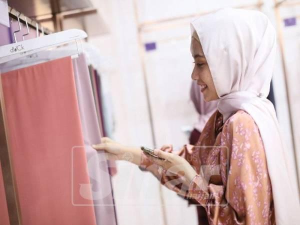 SELAIN kosmetik, pengunjung juga berpeluang memiliki koleksi hijab yang berkualiti.