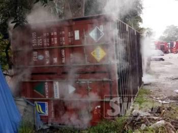 Keadaan kontena mengandungi bahan kimia yang terbalik dalam kejadian di Jalan Perigi Nenas 8/15, Taman Perindustrian Pulau Indah di sini, awal pagi tadi.