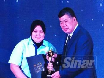 Chee Heng atau Uncle Kentang menyampaikan Anugerah Malaysia Kind Hearts atau Anugerah Orang Gila Baik (OGB) 2019 kepada Nur Farhana semalam.