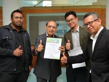 Hassan (dua dari kiri) menunjukkan sijil pengiktirafan yang diterima bersama Pengarah Pusat Pembangunan dan Pengurusan Harta, Dr Mohamad Idris Ali (kanan), Mohd Nurulakla Mohd Azlan (dua dari kanan) dan Mohd Ridzuan Shaharuddin Gunison (kiri).