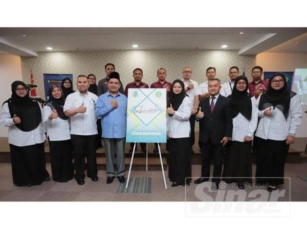 Syeikh Zakaria (empat dari kiri) dan Parihah (empat dari kanan) bergambar selepas majlis MoU antara LZNK dan KYB, atas pelantikan sebagai agen kutipan zakat di Kedah hari ini.