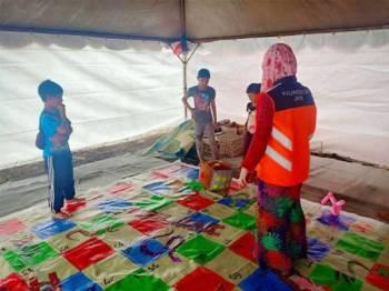 Permainan ting ting, dam ular gergasi, jigsaw puzzle dan roda impian yang dikendalikan oleh Kaunselor dan Sukarelawan JKM untuk aktiviti mangsa banjir di PPS di Pahang.