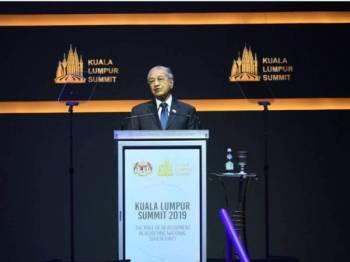 Dr Mahathir ketika menyampaikan kata-kata aluan pada Sidang Kemuncak Kuala Lumpur (Sidang Kemuncak KL) yang berlangsung Pusat Konvensyen Kuala Lumpur (KLCC) di sini hari ini. - Foto Bernama