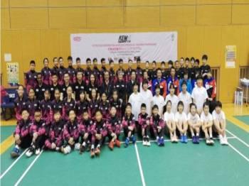 Henry (barisan ketiga, duduk tujuh dari kiri) bersama barisan kejurulatihan, para peserta AKB dan pemain muda Jepun di Pusat Latihan Kebangsaan Ajinomoto, Tokyo baru-baru ini.