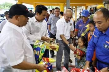 Dr Sallehuddin (tengah) beramah mesra dengan mangsa banjir di PPS Sekolah Kebangsaan (SK) Pianggu di Rompin. - Foto: Media Pahang