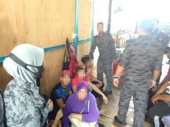Sebahagian pekerja warga asing ditahan untuk pemeriksaan. - Foto Ihsan Imigresen Terengganu