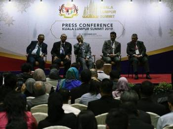 Dr Mahathir bercakap pada sidang media Sidang Kemuncak Kuala Lumpur di Pusat Konvensyen Kuala Lumpur di sini hari ini. - Foto Bernama