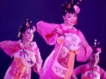 Antara persembahan oleh Kumpulan Xinjiang Song And Dance Ensemble Of Art Theatre yang memukau kira-kira 1,000 penonton di Bangi Avenue Convention Centre (BACC) Sabtu lalu sempena mengakhiri siri jelajah rombongan kebudayaan Uygur Xinjiang, China. - FOTO ZAHID IZZANI