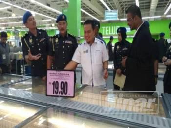 Muhamad Zikril (dua dari kanan) memantau barangan harga terkawal selepas Majlis Pelancaran Skim Harga Maksimum Musim Perayaan Krismas 2019 Peringkat Negeri Selangor di Giant Hypermarket Batu Caves di sini hari ini.
