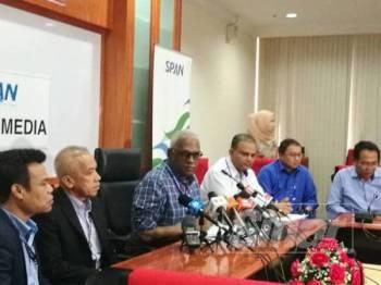 Charles (tiga dari kiri) pada sidang media di ibu pejabat SPAN di Cyberjaya hari ini.
