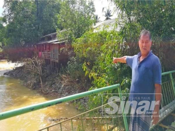 Ibrahim menunjukkan keadaan rumahnya serta jiran yang menunggu masa runtuh ke dalam sungai.