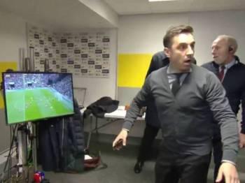 Tangkapan layar video memaparkan Neville tidak percaya bola yang mudah mampu dibolosi oleh De Gea