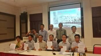 Seng Khek (duduk, tiga dari kanan) menunjukkan kenyataan media berhubung pendirian terhadap persidangan pada 28 Disember ini.