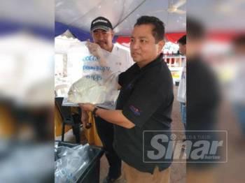 Juhari (kanan) bakal menyempurnakan pelepasan ikan sempena Tourism Malaysia Surfcasting Tour…A Journey To Visit Malaysia 2020 di Pantai Puteri Ahad ini.